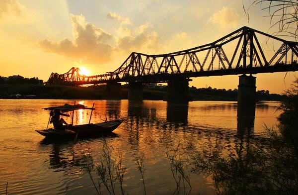 Cầu Long Biên dưới ánh hoàng hôn