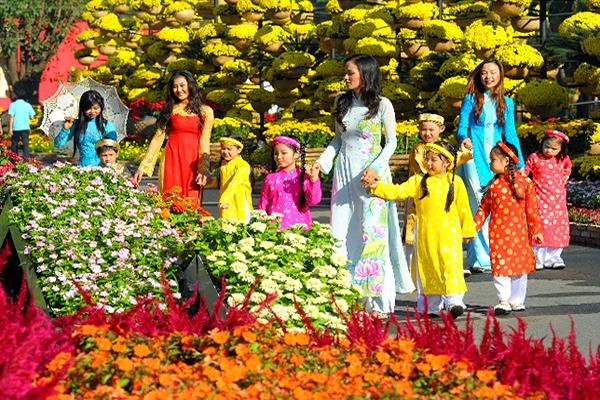 Nhiều du khách đến tham quan chợ hoa xuân Đà Nẵng