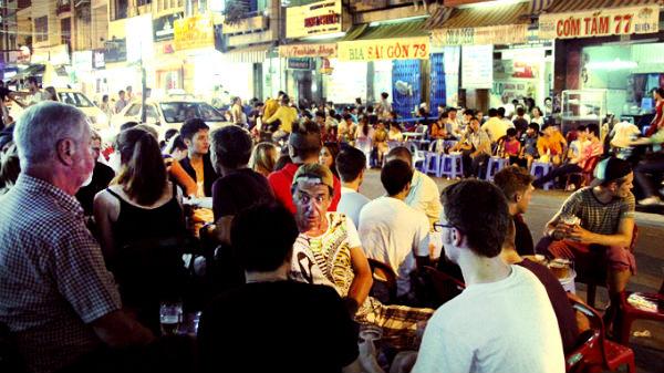 Không khí náo nhiệt của phố ẩm thực Sài Gòn trong dịp Tết