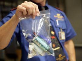 Những vật dụng không được mang lên máy bay hành khách cần tránh